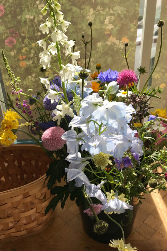 Fresh spring bouquet with seasonal flowers, Friday delivery by Wilder Antwerp