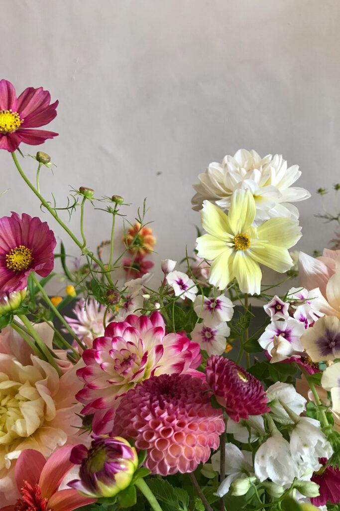 Organic summer flowers for a bespoke wedding bouquet made by Wilder Antwerp